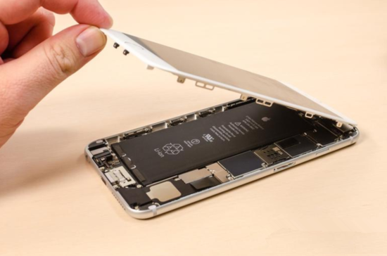 国外科技媒体CNET近日对iPhone 6和iPhone 6 Plus手机双双进行了内部拆解,通过拆解对比发现,iPhone 6和iPhone 6 Plus虽然硬件趋同,而且外观看上去只是尺寸有大有小,实际上内部构造存在诸多细微的差别,主要有以下六点:  一、优化Home键排线分布 拆解过iPhone 5s的用户一定知道5s的HOME键Touch ID指纹识别排线非常容易被扯断,这取决于拆机者揭开屏幕时的强度。而iPhone 6/6 Plus显然拆解方法一致,但是却去掉了这段很容易被扯断的排线,这意味着,